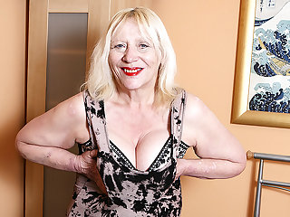 Raunchy British Housewife Playing With Her Hairy Carry off - MatureNL
